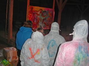 Mitarbeiter sprayen auf dem BÖDLHOF gemeinsam ein Bild